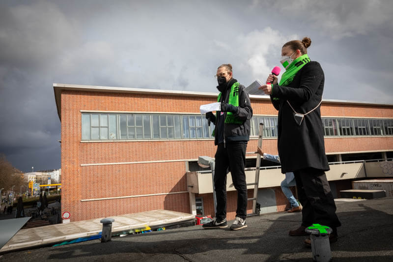 Housing Action Day 2021 Kundgebung: Vida la Bernie & St. Pauli Code JETZT! auf dem Maharaja Dach.