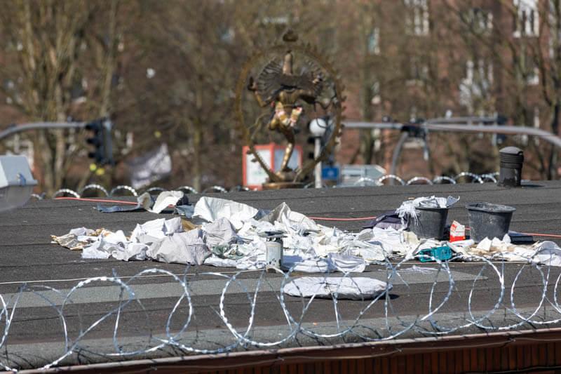 NATO-Draht statt Reue war die Reaktion der Sprinkenhof GmbH auf ihr Debakel mit ihrer bestellten Privatarmee. So agiert das Baukonsortium: Pahnke Markenmacherei, Hamburg Team, Steg, Argus.