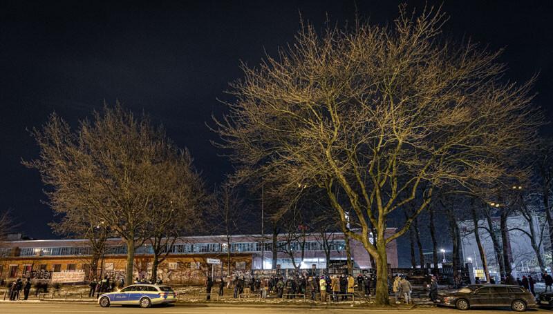 Das frühe Aufstehen hat sich gelohnt. Die 21 Bäume stehen noch. Die Steg hat in der Nacht von Sonntag auf Montag das Abholzen für den Montag abgesagt. Wir bleiben maximal wachsam. Gemeinsam werden wir weiter für die Bäume kämpfen. +++Wir bleiben laut+++